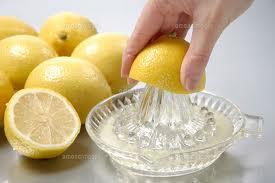 器具を使ったレモン搾りの画像